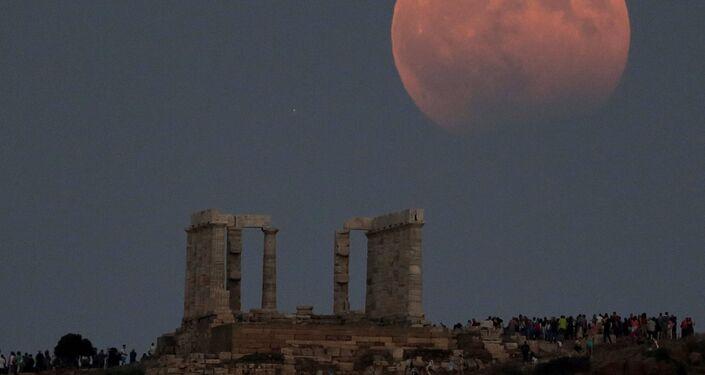 القمر الدموي ويظهر جزئيا في اليونان