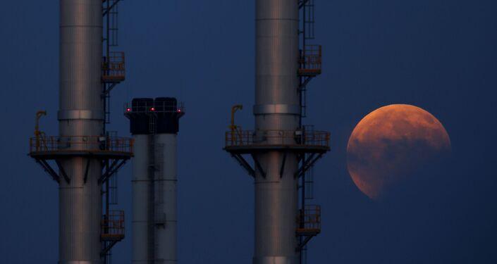 القمر الدموي ويظهر جزئيا في مالطا