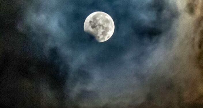 القمر الدموي ويظهر جزئيا في سومطرة، إندونيسيا