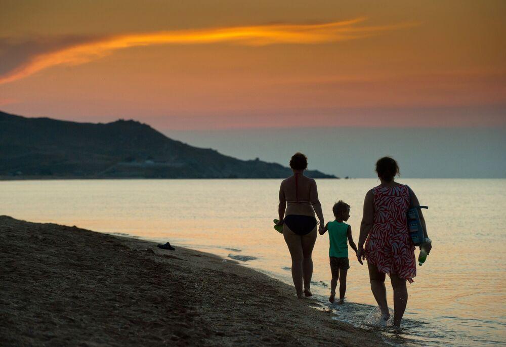 سياح على شاطئ بحر آزوف في منتج سياحي كورورتنوي