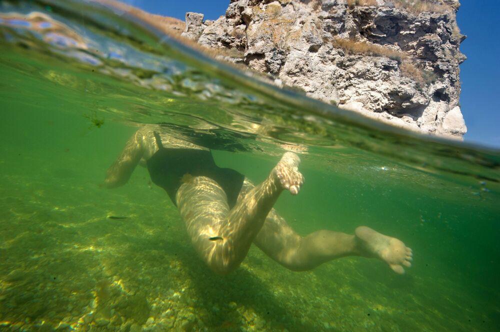 امرأة تسبح في مياه بحر آزوف في منتج سياحي كورورتنوي