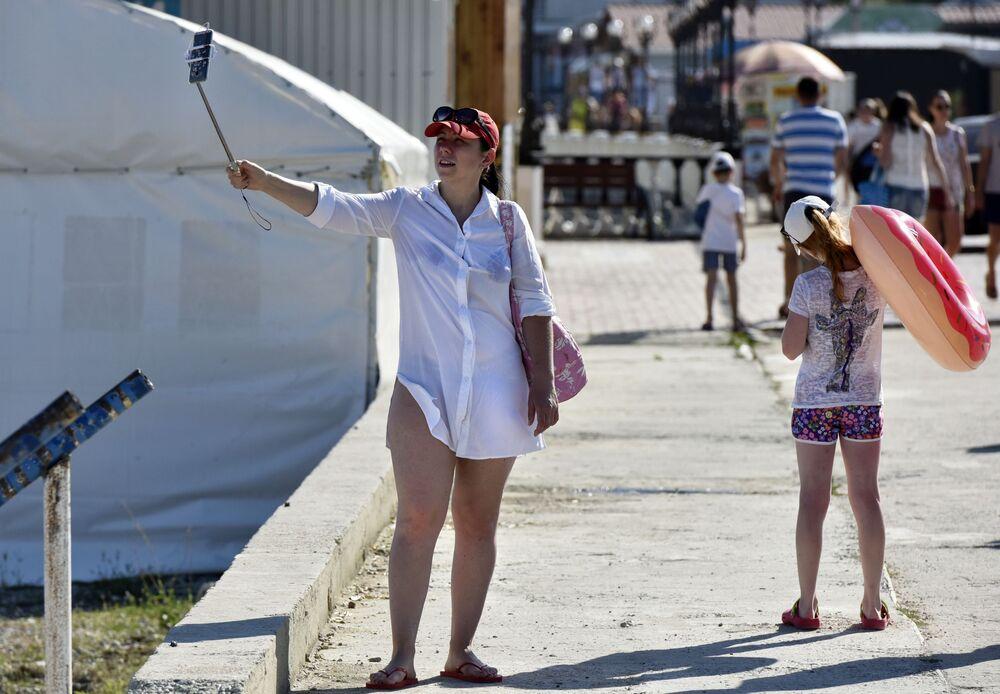 امرأة تلتقط صورة سيلفي في كوكتيبيل بالقرم