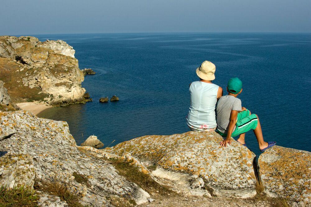 سياح يستمتعون بمشهد يطل على  بحر آزوف