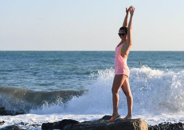 امرأة يافعة تقف على شاطئ سوتشي