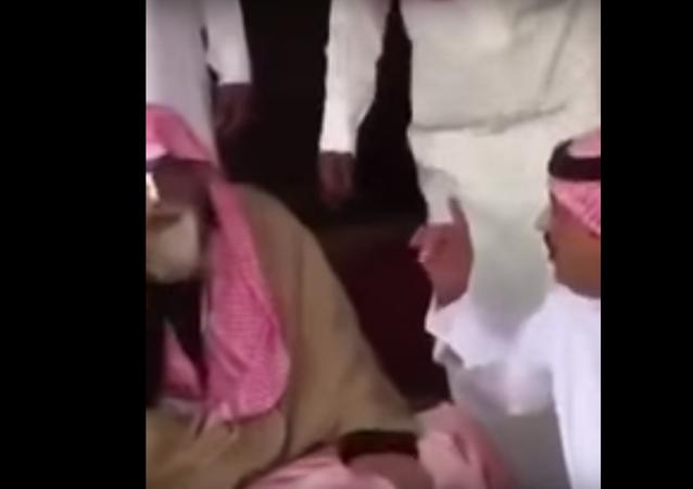 رجل مسن يبكي بسبب وعد من أمير