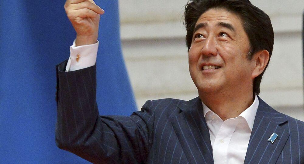 رئيس الوزراء الياباني شينزو آبي يلعب كرة السلة
