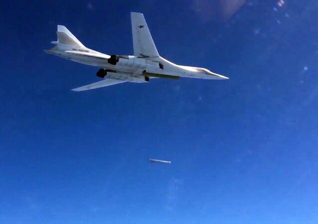 قاذفة القنابل والصواريخ  الاستراتيجية تو-160 التابعة للقوات الجوية الفضائية الروسية خلال شن غارات على مواقع تابعة لتنظيم داعش الإرهابي في سوريا