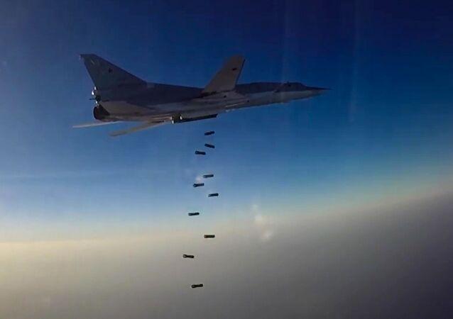 قاذفة القنابل والصواريخ الإستراتيجية تو-22إم3 خلال ضرب مواقع تابعة لتنظيم داعش الإرهابي في حلب ودير الزور وإدلب في سوريا