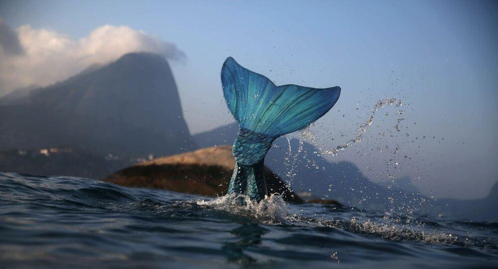 مدربة استعراضحورية البحر  لوسيانا فوزيتي في بحر البرازيل