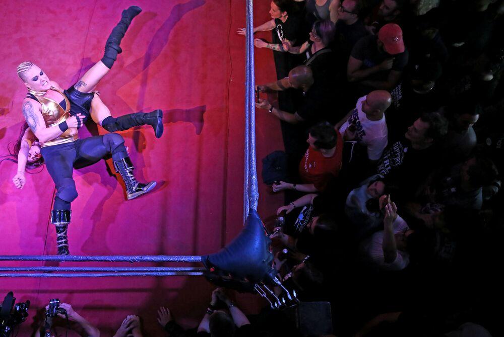 المشاركات في عرض المصارعة النسائية في لندن