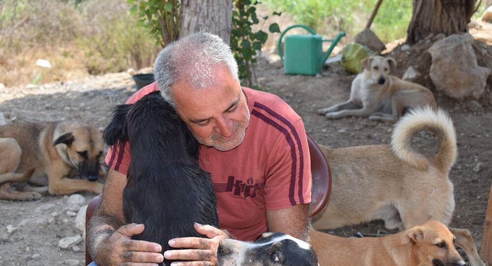 حسين حمزة مع كلابه