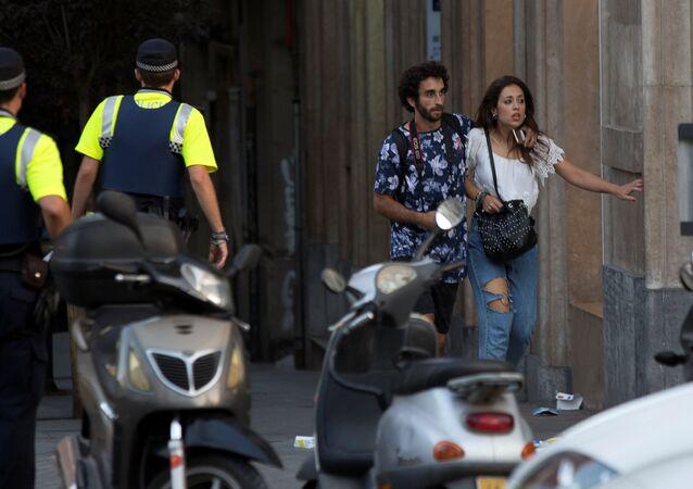 عملية إجلاء الناس من مكان الحادث في برشلونة