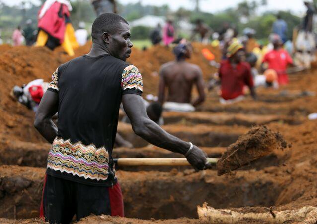 رجال يحفرون القبور لضحايا كارثة سيراليون
