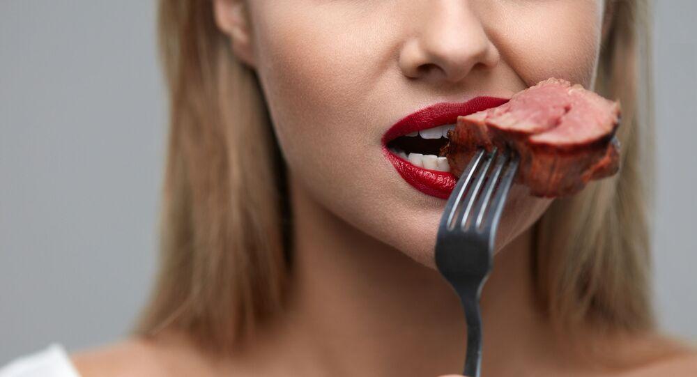 فتاة تأكل اللحم