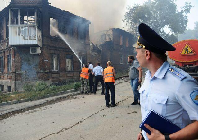 رجال الشرطة خلال إطفاء الحريق في مدينة روستوف على الدون