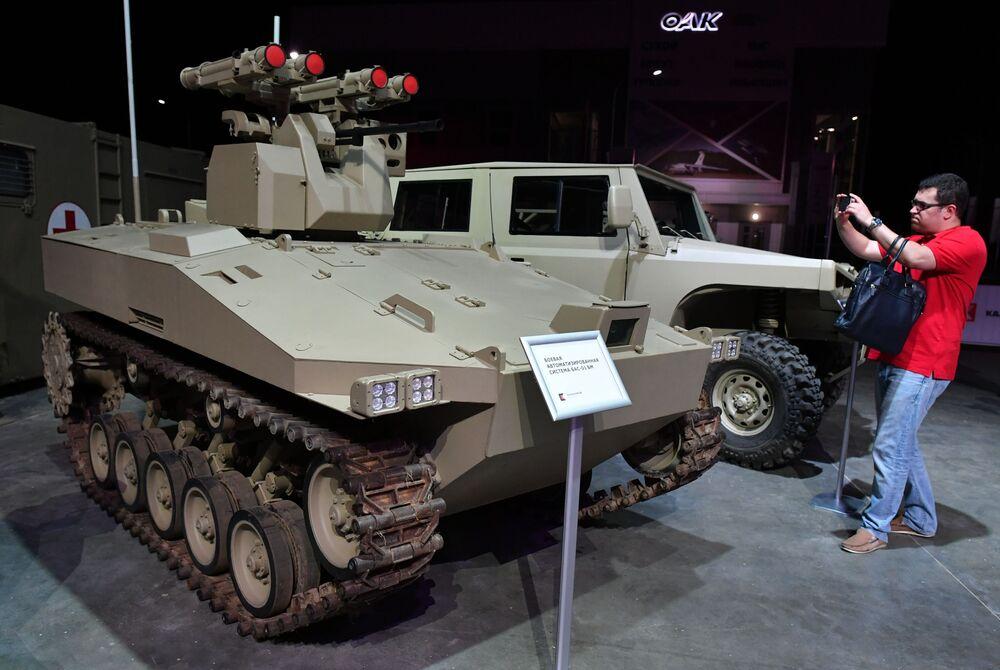 مركبة عسكرية ذات نظام آلي باس-01 بي ام في إطار عرض لأحدث تقنيات كلاشينكوف المتطورة في منتدى الجيش-2017