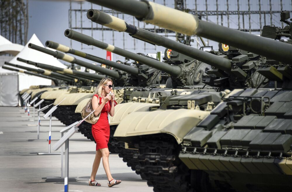زائرة في معرض لمنتدى أرميا-2017 في كوبينكا بضواحي موسكو
