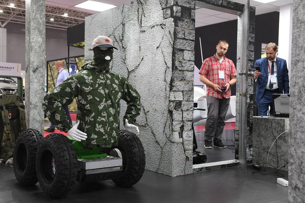 المعرض الدولي لمنتدى أرميا-2017 في كوبينكا بضواحي موسكو - نموذج يحاكي مجسم لتصويب الأهداف