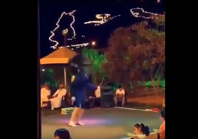 رقص فتاة مراهقة في مهرجان حائل