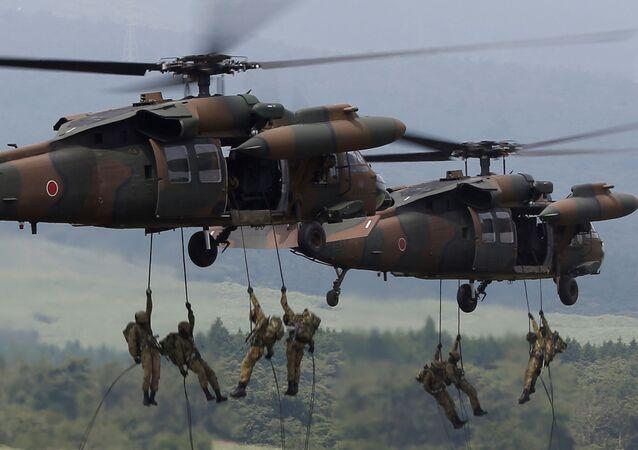 قوات الدفاع اليابانية خلال عملية الإنزال من مروحية UH-60 Black Hawk خلال دورة تدريبية سنوية بالقرب من جبل فوجي فى ميدان تدريب هيجاشيفوجي فى غوتمبا غرب طوكيو، اليابان 24 أغسطس/ آب 2017.