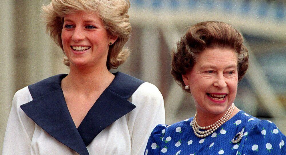 الأميرة ديانا والملكة إليزابيث الثانية خلال احتفال الأخيرة بعيد ميلادها الـ 87 في لندن، 4 أغسطس/ آب 1987