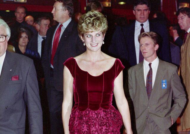 الأميرة ديانا تصل إلى قاعة المؤتمرات ليلي قبيل إلقاء الكلمة الافتتاحية لبول ماكارتني، 1992