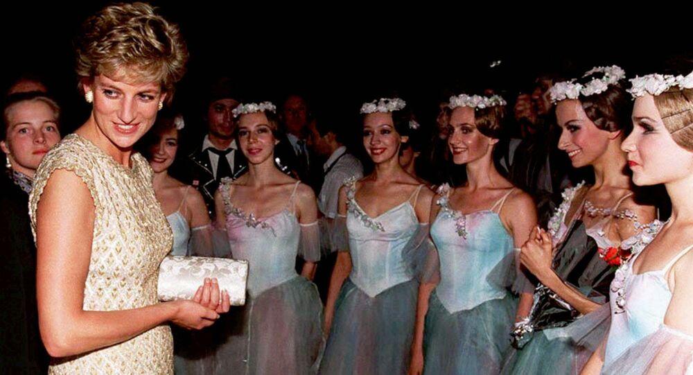 الأميرة ديانا مع راقصات باليه بولشوي (المسرح الكبير الروسي) في موسكو، عام 1995