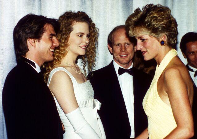 الأميرة ديانا تلتقي بممثلي هوليوود توم كروز ونيكول كيدمان خلال فعالية العرض الأول لفيلم Far and Away في لندن، 30 يوليو/ تموز 1992