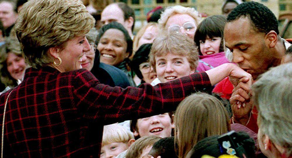 أحد الجمهور يقبّل يد الأميرة ديانا في حي ساوثورك، لندن 10 مارس/ آذار 1993