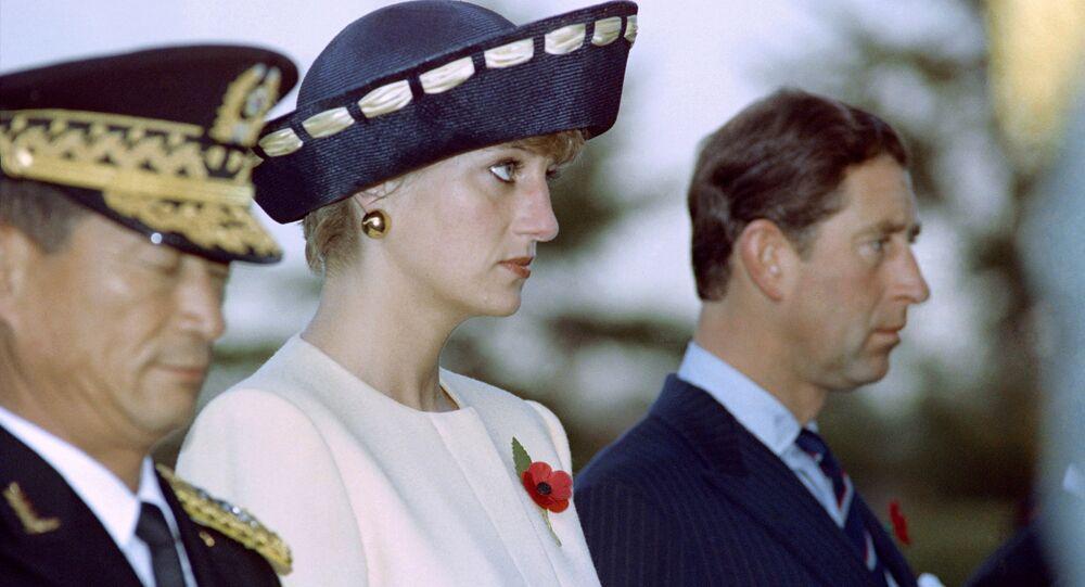 الأميرة ديانا والأمير تشارلز خلال دقيقة صمت أمام نصب تذكاري للجنود المجهولين في المقبرة الوطنية جنوب سيئول، كوريا الجنوبية 2 نوفمبر/ تشرين الثاني 1992
