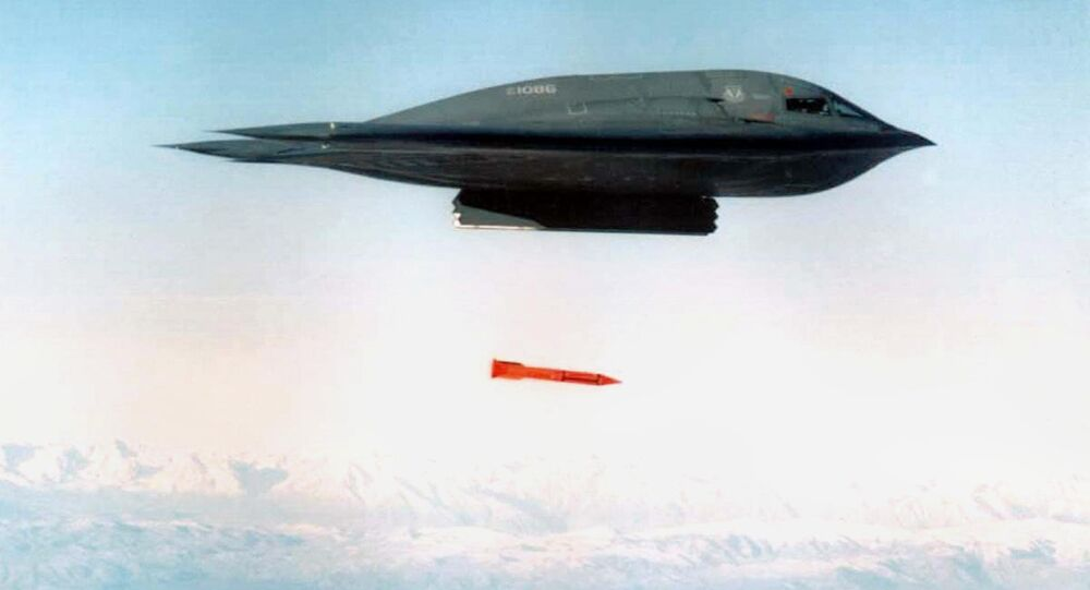 قاذفة بي-2 سبيريت تلقي قنبلة بي61-11