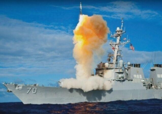 مدمرة أمريكية تطلق صاروخ إس إم 6