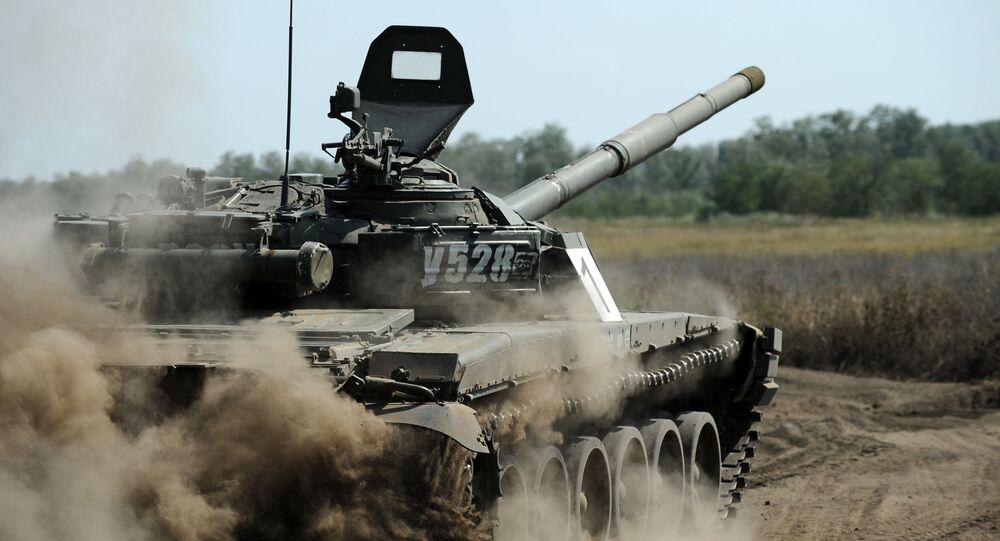 الدبابة تي-72 بي-1 خلال مناورات عسكرية في منطقة روستوفسكايا أوبلاست، روسيا