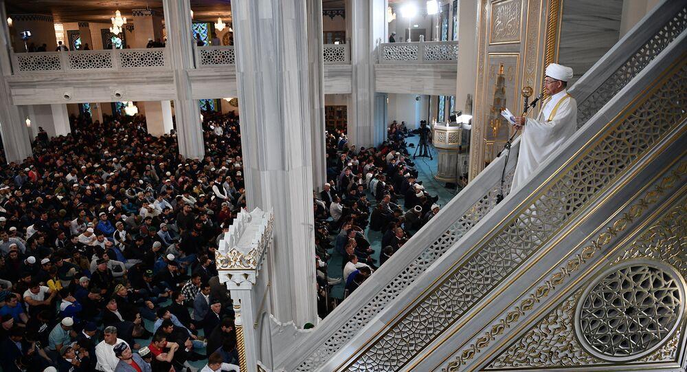 خطبة عيد الأضحى يلقيها على المصلين مفتي روسيا رافيل غاينودينوف (راويل عين الدين) جامع موسكو الكبير في موسكو، روسيا