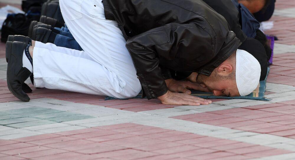 المسلمون خلال صلاة عيد الأضحى في ساحة مسجد قول شريف في قازان، جمهورية تتارستان