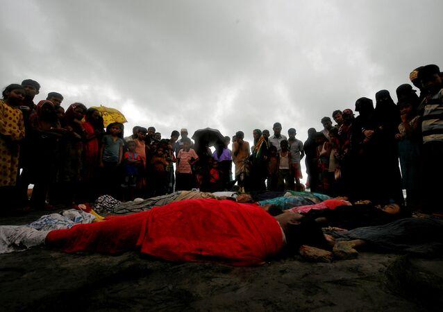 الناس مجتمعين حول ضحايا الاشتباكات بين مسلحي الروهينغا وجيش ميانمار