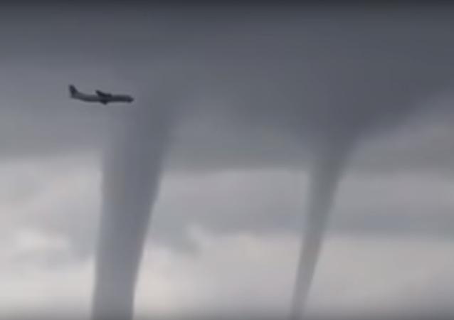 طيار يمر بطائرته بين أعاصير مدمرة
