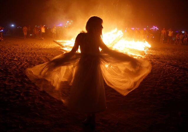 فتاة ترقص في مهرجان الرجل المحترق