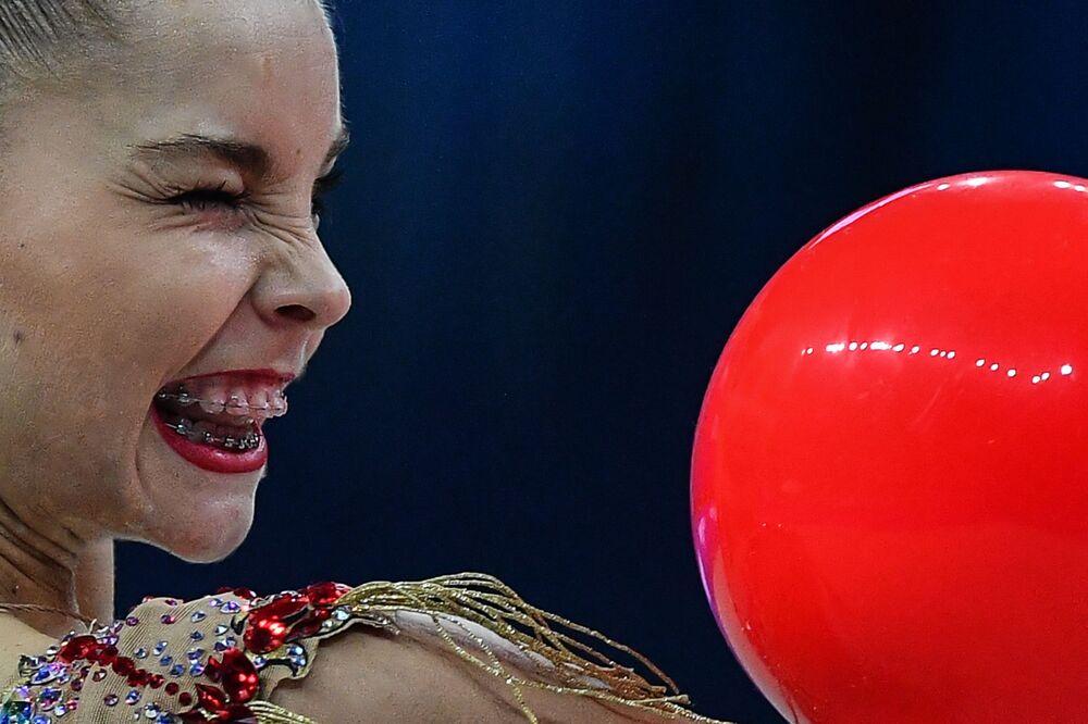 أفضل صور وكالة سبوتنيك من بطولة الجمباز الإيقاعي في بيزارو، إيطاليا - الروسية أرينا أفيرينا خلال العرض مع الكرة