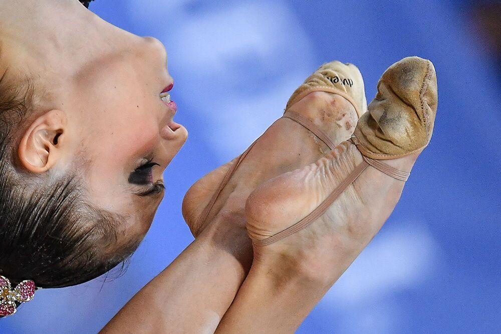 أفضل صور وكالة سبوتنيك من بطولة الجمباز الإيقاعي في بيزارو، إيطاليا - الرياضية ليانا غارسيا من إسبانيا