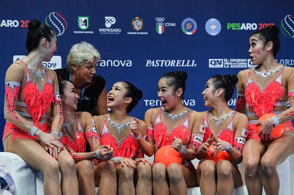 أفضل صور وكالة سبوتنيك من بطولة الجمباز الإيقاعي في بيزارو، إيطاليا - المنتخب الياباني