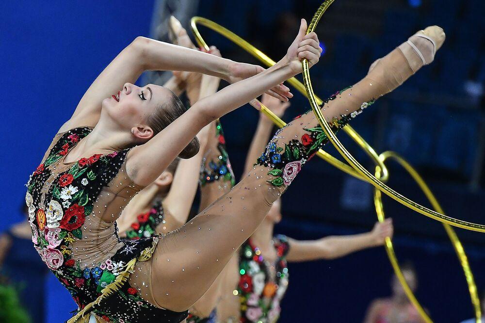 أفضل صور وكالة سبوتنيك من بطولة الجمباز الإيقاعي في بيزارو، إيطاليا - المنتخب الروسي خلال العرض مع خمسة أطواق