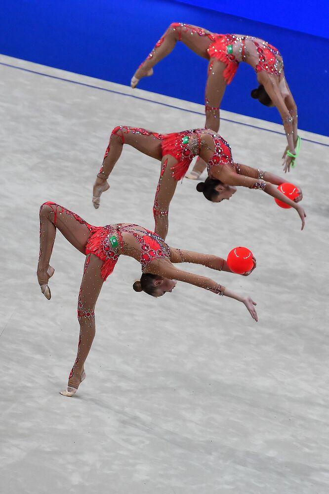 أفضل صور وكالة سبوتنيك من بطولة الجمباز الإيقاعي في بيزارو، إيطاليا - المنتخب الروسي خلال العرض مع الكرات وأحبال القفز