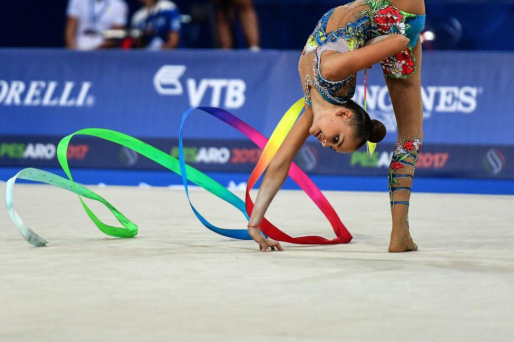 أفضل صور وكالة سبوتنيك من بطولة الجمباز الإيقاعي في بيزارو، إيطاليا - الرياضية أرينا أفيرينا من روسيا
