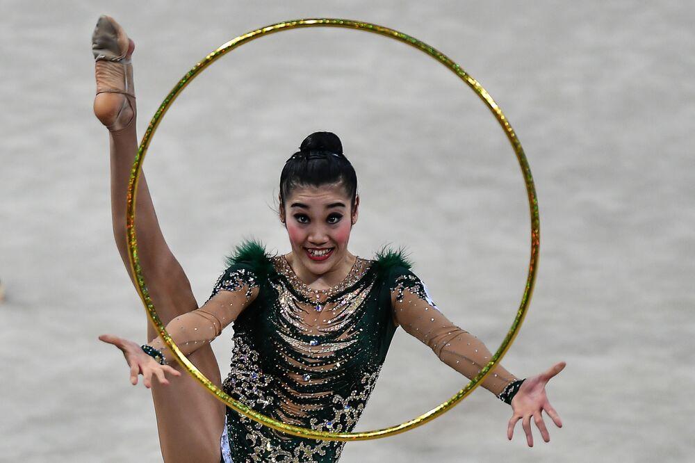 أفضل صور وكالة سبوتنيك من بطولة الجمباز الإيقاعي في بيزارو، إيطاليا - رياضية يابانية