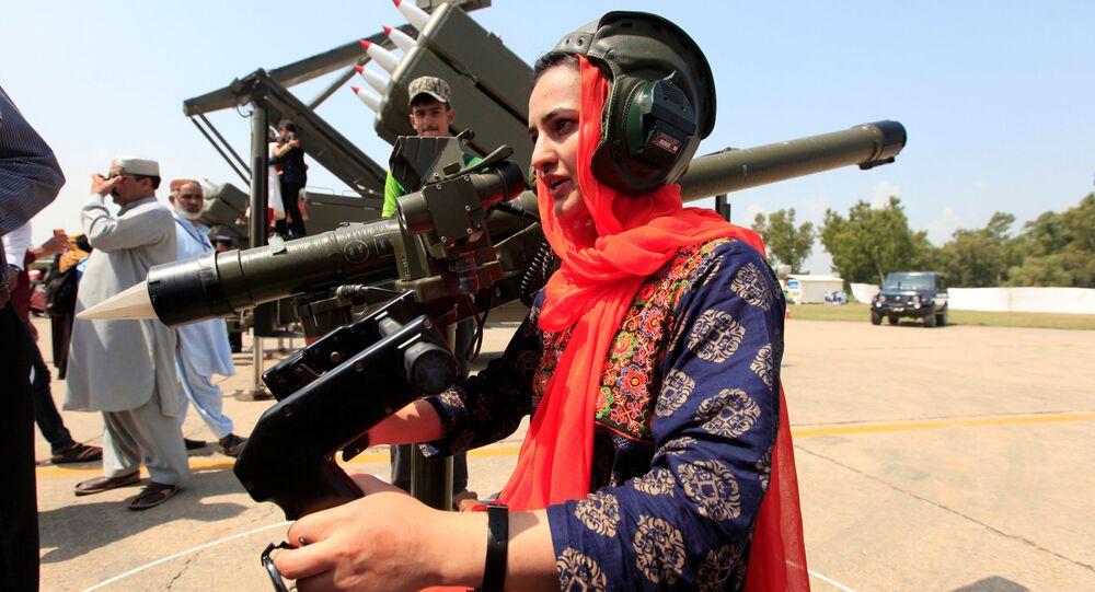 امرأة تحمل السلاح خلال الاحتفال بمناسبة ذكرى يوم الدفاع، أو ذكرى اليوم الباكستاني، في القاعدة الجوية نور خان في إسلام أباد، باكستان 6 سبتمبر/ أيلول 2017