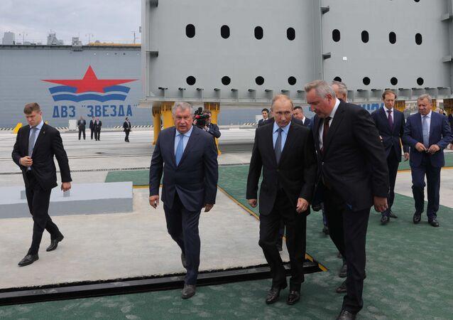 الرئيس الروسي خلال زيارة  مجمع زفيزدا (النجمة) لبناء السفن