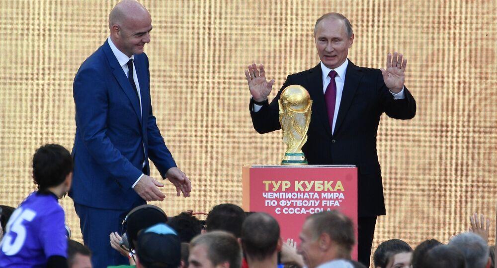 الرئيس الروسي فلاديمير بوتين و ر ئيس الاتحاد الدولي بكرة القدم جياني إنفانتينو