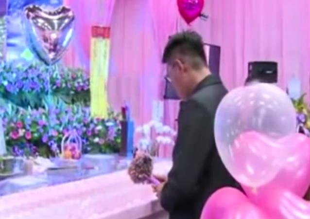 .. تايواني يتزوج خطيبته المتوفاه وهي في نعشها