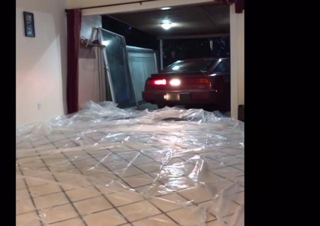 """أمريكي ينقذ سيارته من إعصار """" إرما """""""